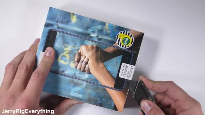 Nokia 5 bất tử sau thử thách cào, đốt màn hình