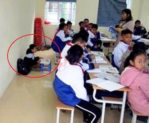 Một học sinh bị cô giáo phạt ngồi dưới sàn học bài vì quên khăn quàng đỏ - 1