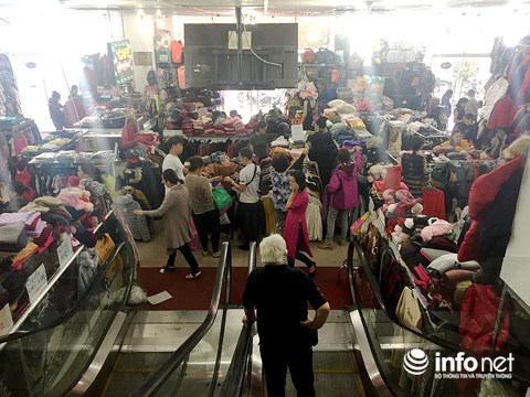 Trời trở lạnh, người dân TP.HCM đổ đi sắm sửa quần áo ấm - 1