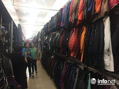 Trời trở lạnh, người dân TP.HCM đổ đi sắm sửa quần áo ấm - 2