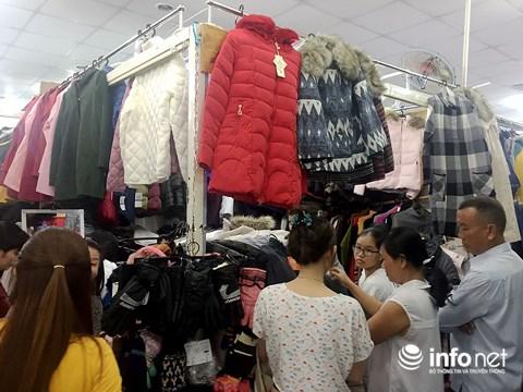 Trời trở lạnh, người dân TP.HCM đổ đi sắm sửa quần áo ấm - 3