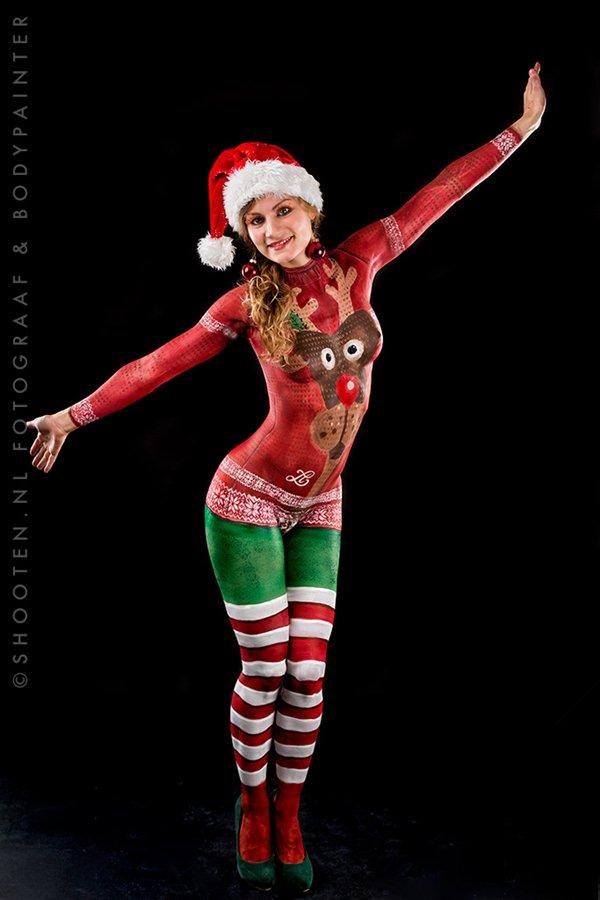 """Vì sao các """"bà già Noel"""" gần như nude ngoài đường mà không ai hay? - 4"""