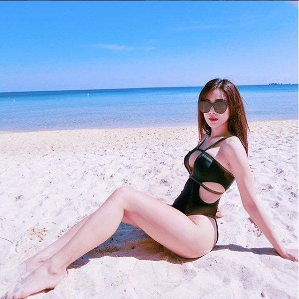 """Diệp Lâm Anh """"hâm nóng"""" mùa đông với loạt hình bikini cắt xẻ hiểm - 2"""