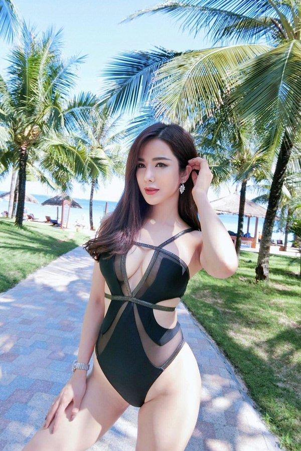 """Diệp Lâm Anh """"hâm nóng"""" mùa đông với loạt hình bikini cắt xẻ hiểm - 6"""