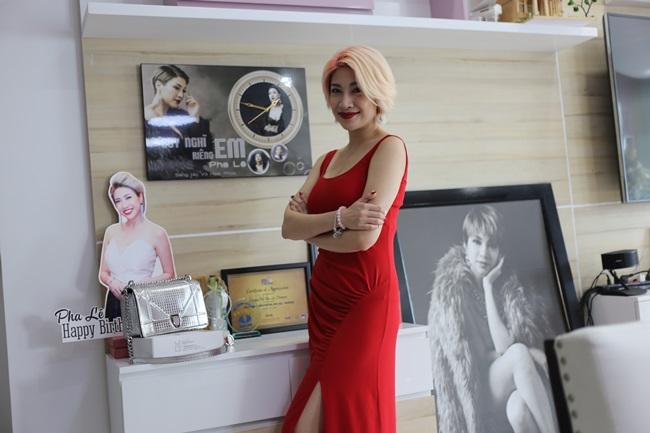 Pha Lê diện chiếc đầm đỏ đơn giản nhưng vô cùng quyến rũ. Cô tươi rói giới thiệu với chúng tôi không gian chốn đi về ấm cúng.