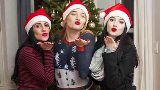 """Mẫu nữ mặc quần áo """"vẽ"""" dạo chơi đêm Giáng sinh HOT nhất tuần"""