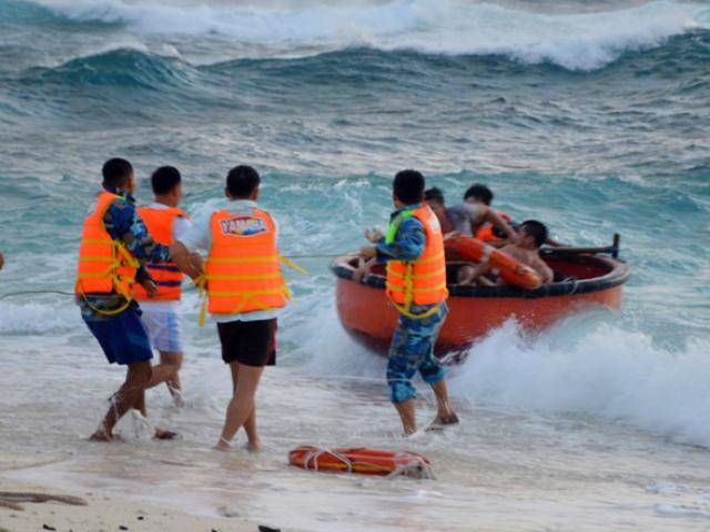 Bão số 16 mạnh khủng khiếp: Trực thăng bay dọc biển kêu gọi, cảnh báo - 2