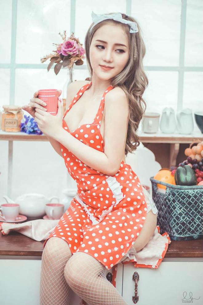 Nữ DJ xinh đẹp Sài thành hóa cô nội trợ mặc nội y sexy nấu bếp - 1