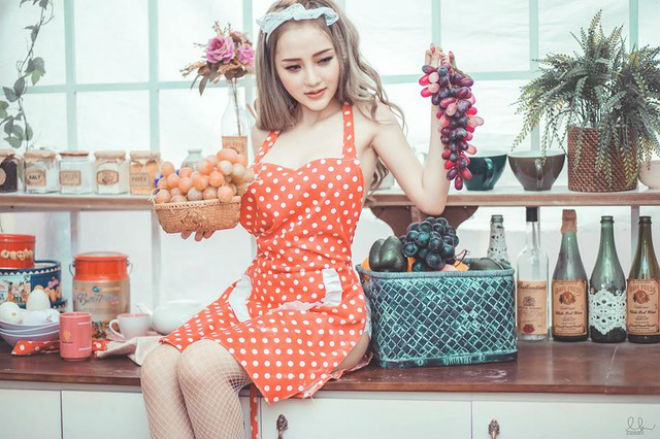 Nữ DJ xinh đẹp Sài thành hóa cô nội trợ mặc nội y sexy nấu bếp - 4