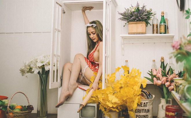 Nữ DJ xinh đẹp Sài thành hóa cô nội trợ mặc nội y sexy nấu bếp - 10