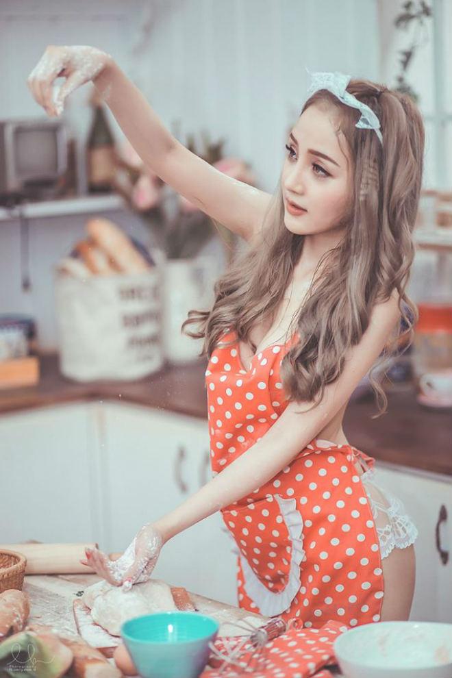 Nữ DJ xinh đẹp Sài thành hóa cô nội trợ mặc nội y sexy nấu bếp - 6