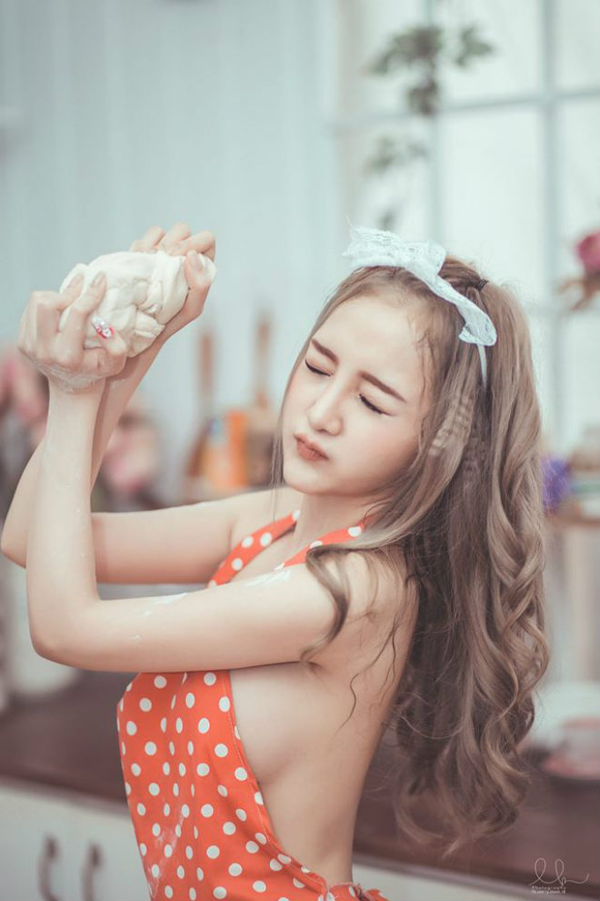 Nữ DJ xinh đẹp Sài thành hóa cô nội trợ mặc nội y sexy nấu bếp - 12