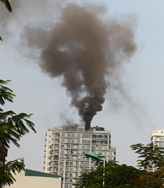 """Cháy dữ dội tại chung cư """"5 sao"""" gần Hồ Tây - 1"""