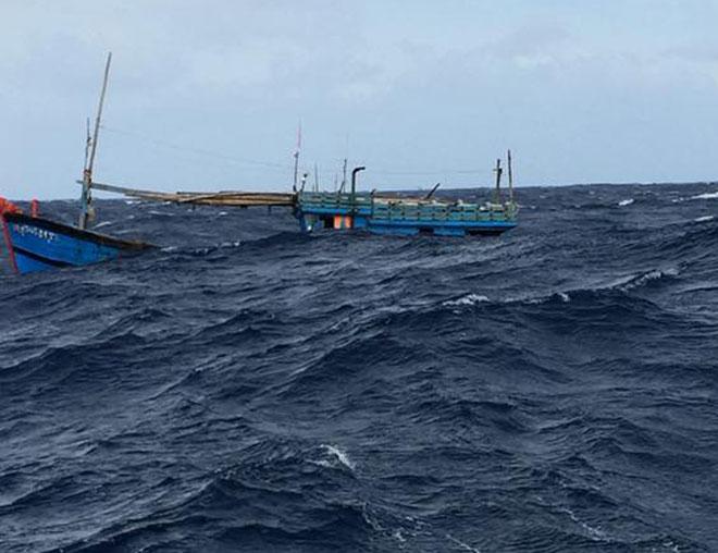 Clip: Nhảy xuống biển cứu 4 người đang chới với trong sóng dữ - 1