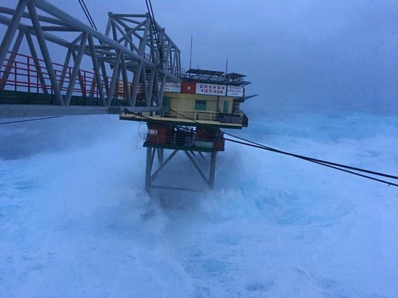 Chùm ảnh: Nhà giàn DK1 hiên ngang trước bão Tembin - 2