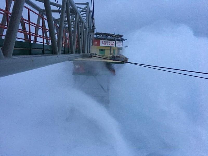 Chùm ảnh: Nhà giàn DK1 hiên ngang trước bão Tembin - 3