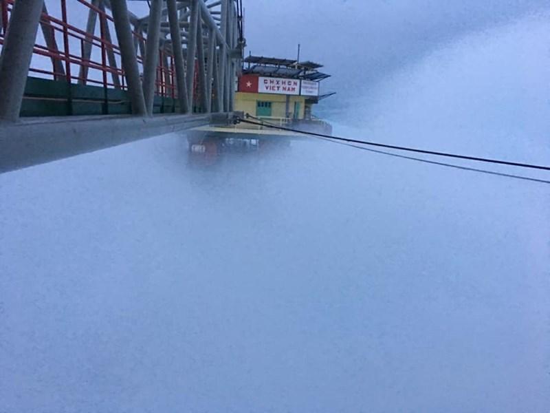 Chùm ảnh: Nhà giàn DK1 hiên ngang trước bão Tembin - 4