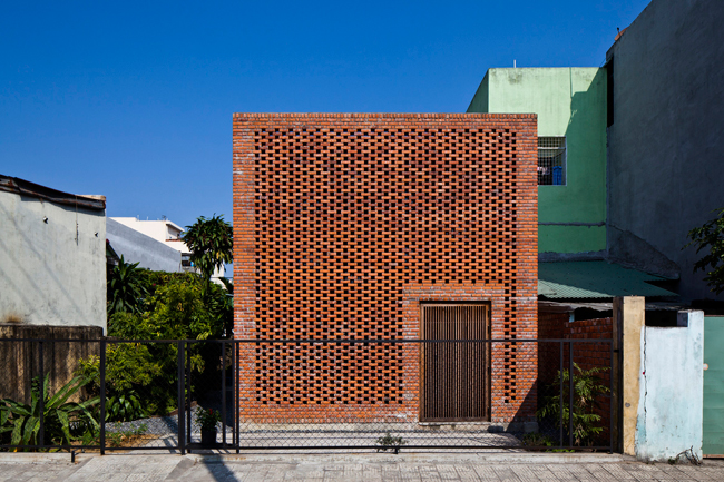 """Công trình độc đáo chúng tôi giới thiệu hôm nay có tên là """"Termitary House"""" (Nhà tổ mối), tọa lạc tại Đà Nẵng, thành phố ven biển miền trung."""
