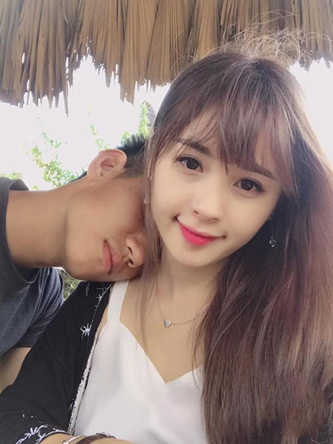 """Tháng 8/2017 vừa qua,  """" hot boy làng bóng Việt """"  khiến fan girl tiếc ngẩn ngơ khi công khai bạn gái. Và danh tính của cô gái này khiến nhiều người bất ngờ."""