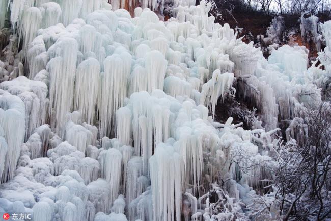 Ngắm thác băng nhân tạo đẹp mê hồn ở Trung Quốc - 1