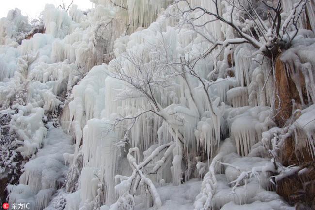 Ngắm thác băng nhân tạo đẹp mê hồn ở Trung Quốc - 5