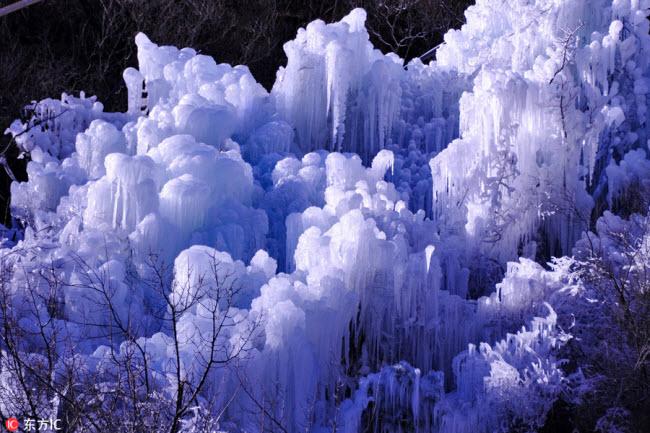 Ngắm thác băng nhân tạo đẹp mê hồn ở Trung Quốc - 7