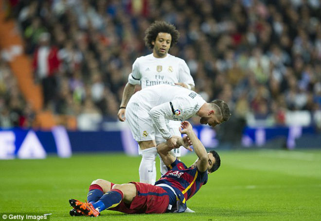 """Thua Barca: """"Đại ca"""" Ramos đập phá, tố 2 """"cừu đen"""", Real đại loạn - 2"""