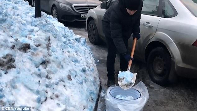 Tuyết màu xanh che đặc đô thị Nga khiến dân hoang mang - 1