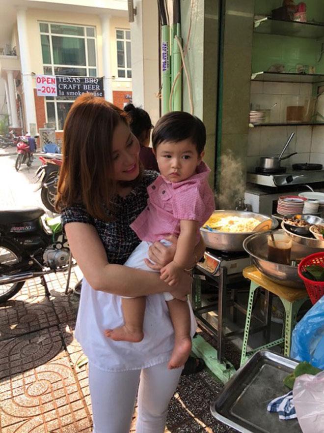 Bà xã Đan Trường dò đầu đem con trai thăm thú phố Việt Nam - 7