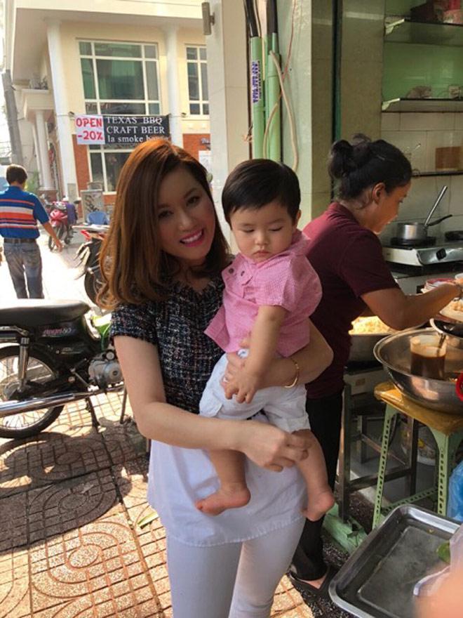 Bà xã Đan Trường dò đầu đem con trai thăm thú phố Việt Nam - 8