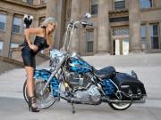 Ngắm mẫu Tây bốc lửa bên xế nổ Harley Davidson