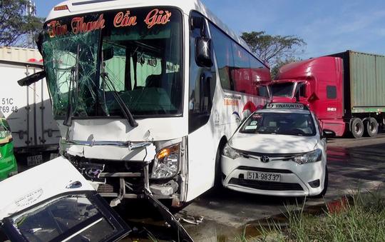 """Hiện trường vụ tai nạn xe đầu kéo """"lùa"""" 5 ô tô dừng đèn đỏ - 1"""
