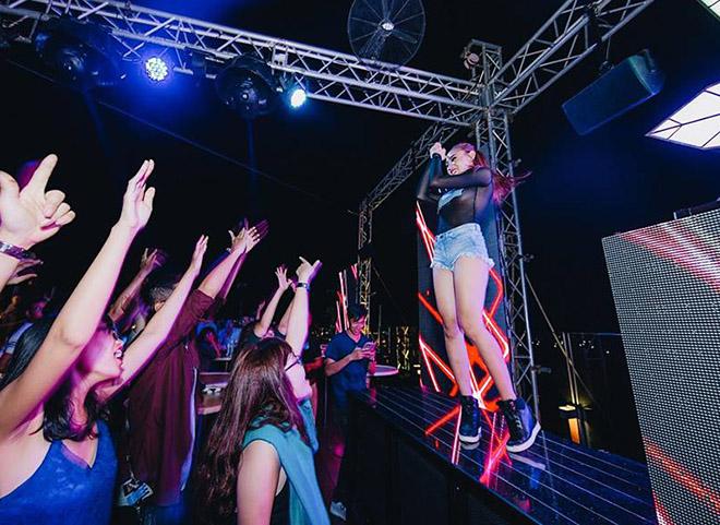 DJ nhởi lạc đêm giao dư: Trang Moon bay cỗ đi diễn, Oxy bị khán giả tảng chắn đàng - 7