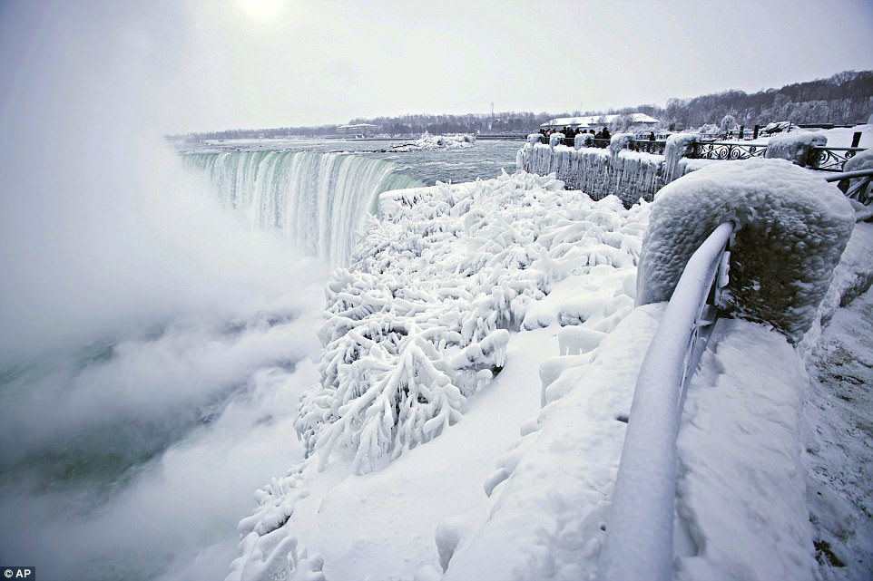 Đón năm mới ở dưới thác nước đóng băng lạnh âm 89 độ C - 1
