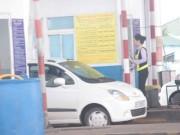 """Tài xế dùng ô tô  """" cố thủ """"  giữa trạm BOT Nam Bình Định đòi giảm giá vé"""