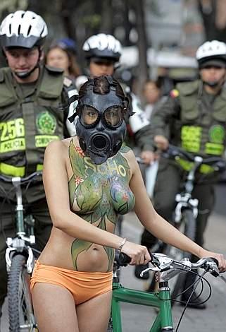 Khỏa thân bảo vệ môi trường, Bóng đá,