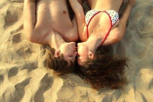 Tranh vui: Khi hôn, tay để ở đâu? - 4