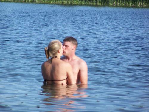 Tranh vui: Khi hôn, tay để ở đâu? - 1