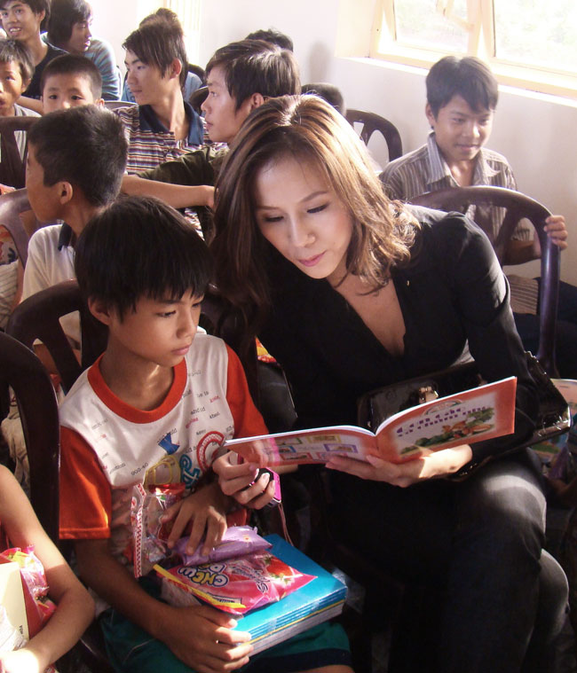 Ứng viên Siêu mẫu Việt bên các em nhỏ mồ côi - 6