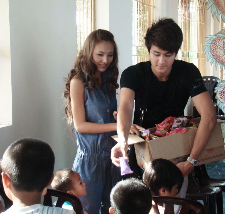 Ứng viên Siêu mẫu Việt bên các em nhỏ mồ côi - 3