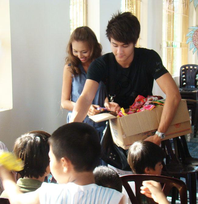 Ứng viên Siêu mẫu Việt bên các em nhỏ mồ côi - 2