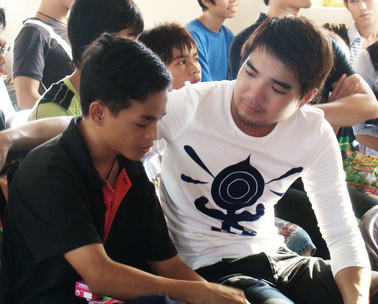 Ứng viên Siêu mẫu Việt bên các em nhỏ mồ côi - 4