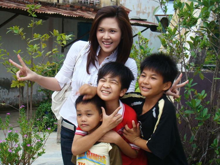 Ứng viên Siêu mẫu Việt bên các em nhỏ mồ côi - 1