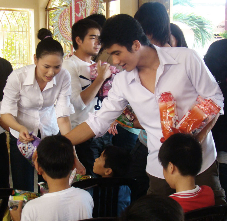 Ứng viên Siêu mẫu Việt bên các em nhỏ mồ côi - 7