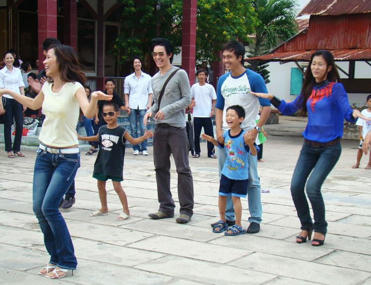 Ứng viên Siêu mẫu Việt bên các em nhỏ mồ côi - 10