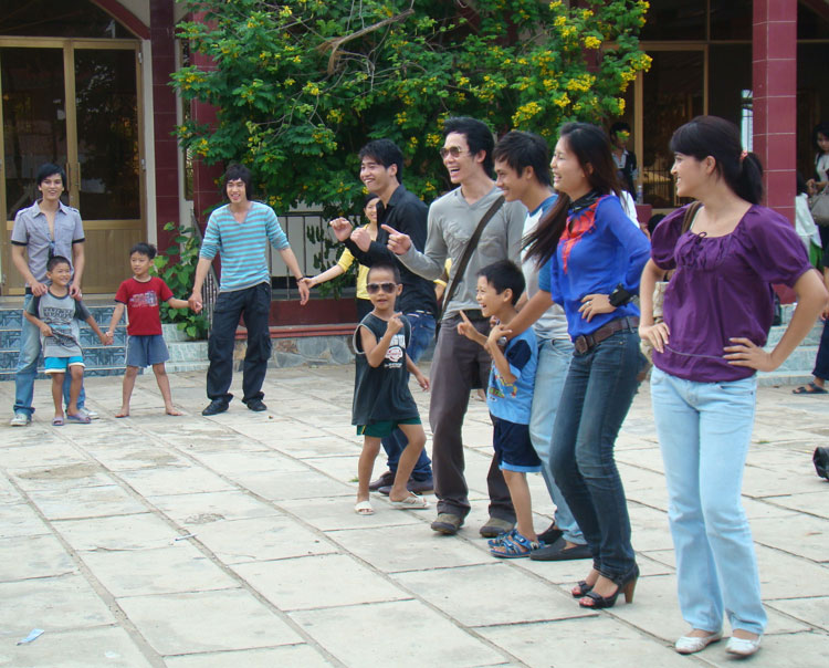 Ứng viên Siêu mẫu Việt bên các em nhỏ mồ côi - 8