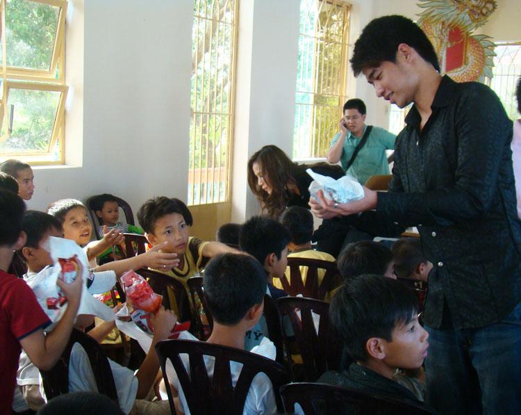 Ứng viên Siêu mẫu Việt bên các em nhỏ mồ côi - 9