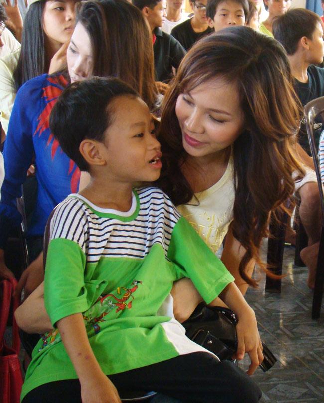 Ứng viên Siêu mẫu Việt bên các em nhỏ mồ côi - 11