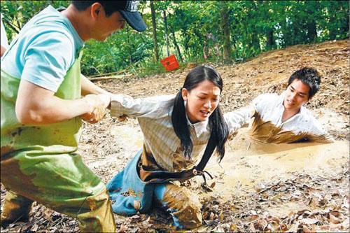 Trần Kiều Ân và Lam Chính Long hôn nhau giữa đầm lầy - 2