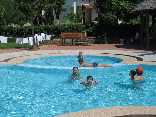 Kinh hoàng nước ở bể bơi - 1